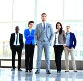Gruppera ståenden av ett yrkesmässigt affärslag som säkert ser Arkivfoton