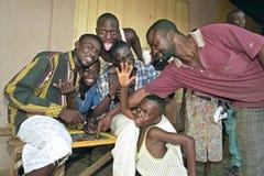 Gruppera ståenden av ghananskt barn och äldre män royaltyfri fotografi