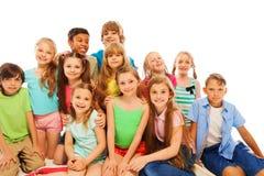 Gruppera ståenden av gulliga 8 år gamla ungar Fotografering för Bildbyråer