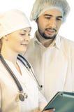 Gruppera ståenden av medicinska doktorer som isoleras på vit arkivfoton