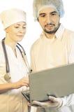 Gruppera ståenden av medicinska doktorer som isoleras på vit arkivfoto