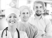 Gruppera ståenden av medicinska doktorer som står i sjukhus arkivfoton