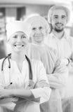 Gruppera ståenden av medicinska doktorer som står i sjukhus royaltyfri bild