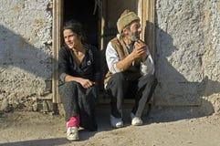 Gruppera ståenden av den Romani mannen och frun, Rumänien Arkivbilder