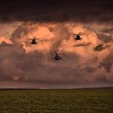 Gruppera stridhelikoptrar, Mi-24, Mi-8 på en bakgrund av moln Royaltyfria Bilder