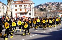 Gruppera ungdomarsom maskerar i bitcoin på karneval i Fiume, Kroatien fotografering för bildbyråer
