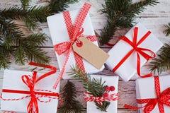Gruppera vita gåvaaskar för jul med röda band på den vita tabellen Top beskådar Royaltyfria Bilder
