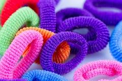 Grupperade mångfärgade gummiband för hår Arkivbilder