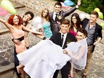Gruppfolk på att gifta sig som är utomhus-. Arkivfoto