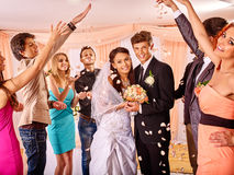 Gruppfolk på bröllop Arkivfoto