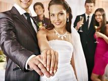 Gruppfolk på bröllopdansen. Arkivfoton