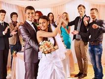 Gruppfolk på bröllopdansen arkivbilder