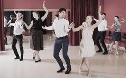 Gruppfolk som parvis dansar lindy flygtur arkivfoton