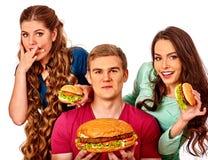 Gruppfolk som rymmer stora hamburgare Arkivfoton