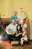 Gruppfoto av den lyckliga familjen med Santa Claus royaltyfri bild