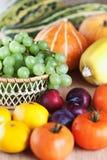 gruppfruktlott plattar till grönsaker Arkivfoto