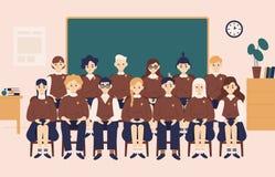Gruppgruppstående Le skolalikformig eller elever för flickor som och för pojkar iklädd sitter i klassrum mot den svart tavlan stock illustrationer