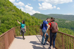 Grupphandelsresande reser i skogen av bergreserven Siktställe i bergen Royaltyfri Foto