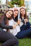 Grupphappineskvinnor med champagne på möhippan royaltyfri fotografi