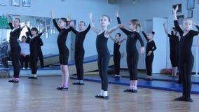Gruppi coreografici di formazione di bambini archivi video