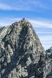 Gruppi degli alpinisti sulla cresta Fotografia Stock
