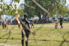Gruppi dei bambini che giocano a calcio Sunny Day nell'Uruguay Fotografie Stock