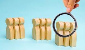 Gruppi di gente di legno Il concetto di segmentazione del mercato Segmentazione di commercializzazione, destinatari, cura del cli immagini stock libere da diritti