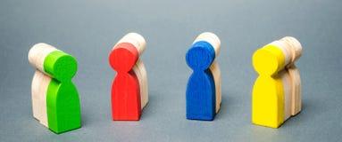 Gruppi di gente di legno multicolore Il concetto di segmentazione del mercato Customer relationship management Destinatari, fotografie stock libere da diritti
