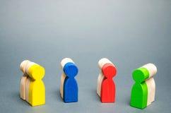 Gruppi di gente di legno multicolore Il concetto di segmentazione del mercato Customer relationship management Destinatari, fotografia stock