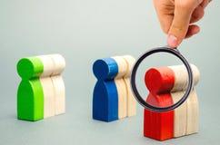 Gruppi di gente di legno multicolore Il concetto di segmentazione del mercato Destinatari, cura del cliente Gruppo del mercato di immagine stock libera da diritti