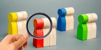 Gruppi di gente di legno multicolore Il concetto di segmentazione del mercato Destinatari, cura del cliente Gruppo del mercato di immagini stock libere da diritti