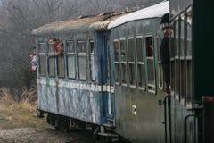Gruppi di lavoro del treno con il ponte corrente Fotografie Stock Libere da Diritti