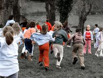Gruppi di ragazzi e di ragazze che corrono in un parco Fotografie Stock Libere da Diritti