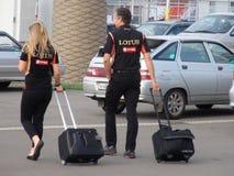 Gruppi di sport di arrivo al parco olimpico GRAN PREMIO RUSSO 2014 di FORMULA 1 di Soci Autodrom Immagini Stock Libere da Diritti