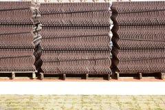 Gruppi di tetto di mattonelle sul pavimento fotografia stock