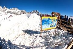 Gruppi di viaggiatore sulla montagna della neve del drago della giada, Fotografie Stock Libere da Diritti