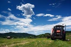 Gruppi e trattore del fieno Fotografia Stock Libera da Diritti