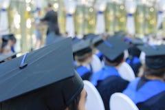 Gruppi non identificati di laureati in loro abiti immagini stock libere da diritti