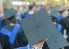 Gruppi non identificati di laureati in loro abiti fotografie stock