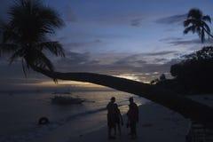 Gruppieren Sie Chat bei Sonnenuntergang in Alona Beach in Bohol Philippinen Lizenzfreies Stockfoto