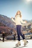 Gruppieren Sie den lustigen Jugendlichmädcheneislauf, der an der Eisbahn im Freien ist Stockbilder