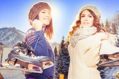 Gruppieren Sie den lustigen Jugendlichmädcheneislauf, der an der Eisbahn im Freien ist Stockfotos