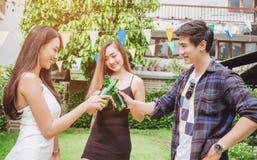 Gruppieren Sie die jungen asiatischen Leute des Freunds, welche die glücklichen Bierfestivals feiern Stockfotografie