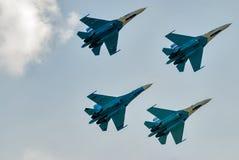 Gruppieren Sie Flug des russischen Lotsenteams auf SU-27 Stockfoto