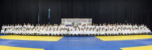Gruppieren Sie Foto von Leuten im Kimono, der auf tatami auf Kampfkunstfortbildungsseminar in Tyumen, Russland, 27. steht und sit Lizenzfreie Stockfotografie