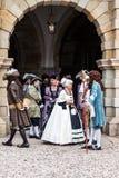 Gruppieren Sie Gäste in den Kostümen des Gerichtes des 18. Jahrhunderts Stockfoto