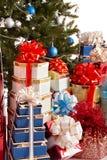 Gruppieren Sie Geschenkkasten, Weihnachtsbaum mit blauer Kugel. Stockfotografie