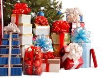 Gruppieren Sie Geschenkkasten, Weihnachtsbaum mit blauer Kugel. Lizenzfreie Stockfotos