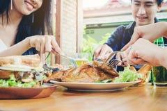 Gruppieren Sie junge asiatische Partei Leute der Freunde und das Essen Lebensmittel glücklichen enj Lizenzfreie Stockfotografie