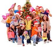 Gruppieren Sie Leuteerwachsenen und -kind mit Geschenkbox nahe Lizenzfreie Stockbilder